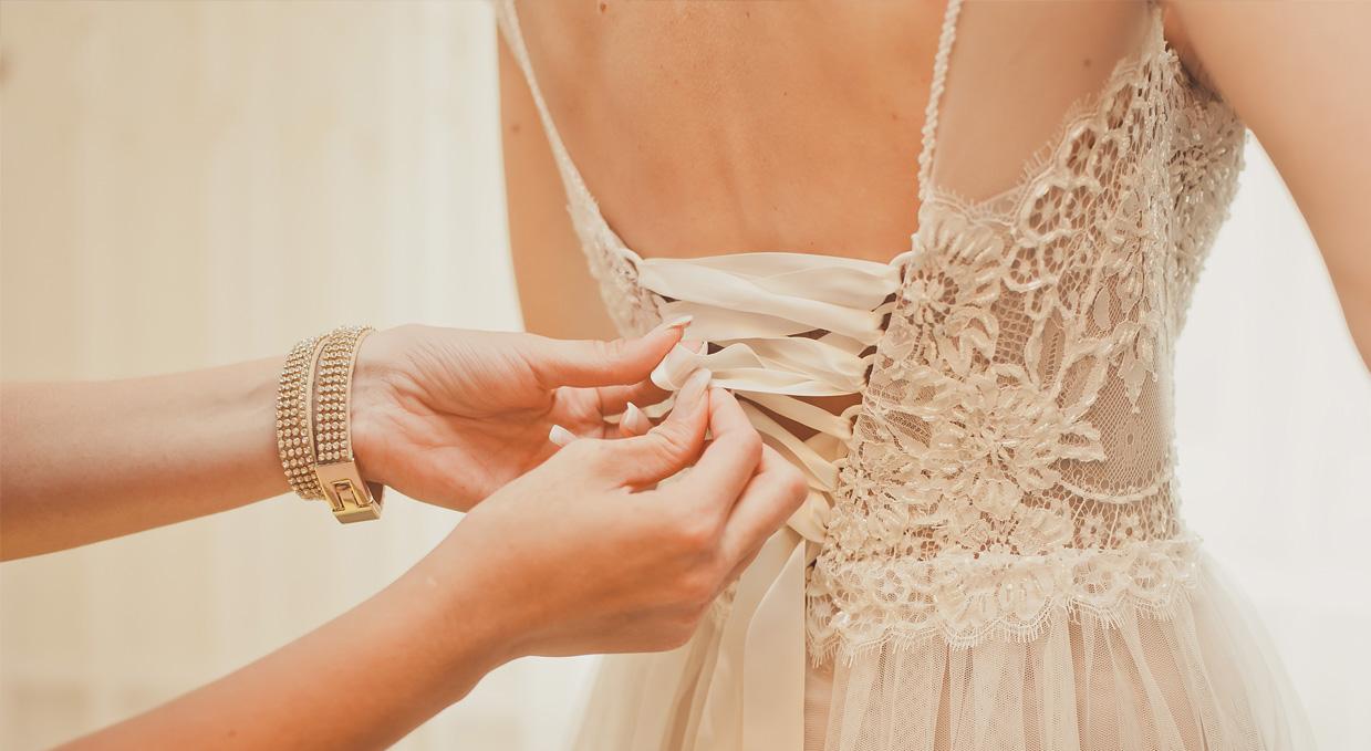 """97779a07 Hvilken kjole er best? Forloveren går etter bruden og ved siden av  """"marskalken"""" i kirken. Hennes oppgaver under vielsen er å holde buketten,  og passe på at ..."""