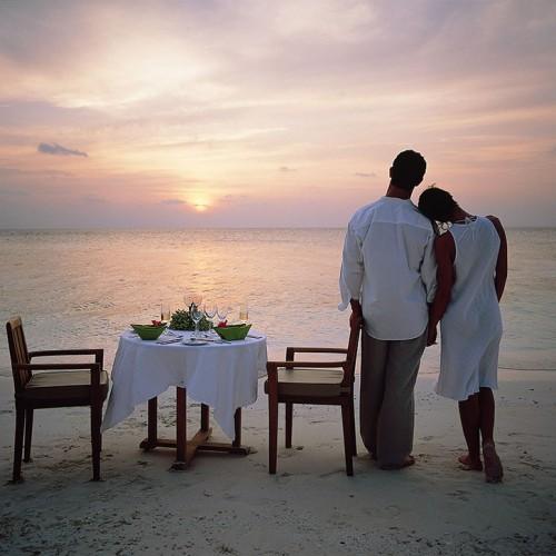 27798282-H1-ANMI_Restaurant_SandBankDining_Couple-Sandbank-dining